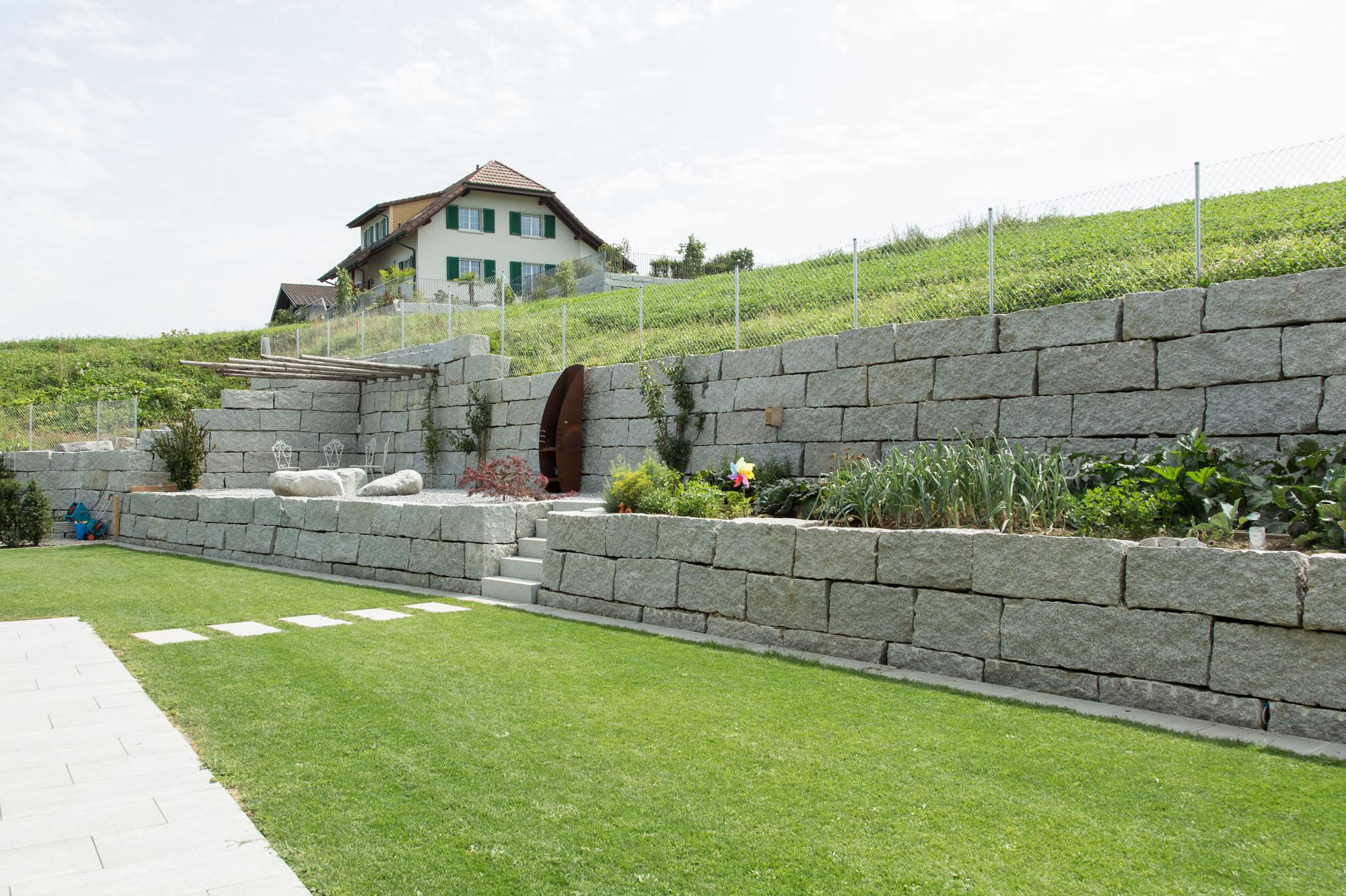 Die Arbeit mit Naturstein zählt zum Spezialgebiet vom Wohlfühlgarten Portmann!